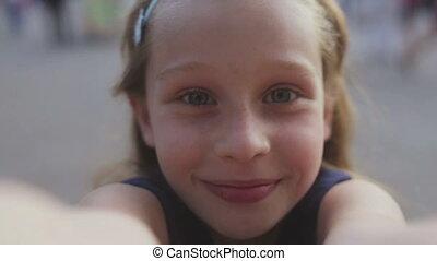 haut, jeune, appareil photo, elle, fin, fille souriant, regarde