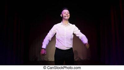 haut, plaisanteries, comédien, debout, stand, homme parler, jeune, stage., micropphone