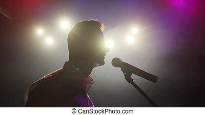 haut, plaisanteries, rigolote, debout, homme, stand, comédien, stage., micropphone, dire