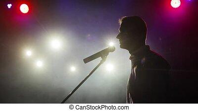 haut, plaisanteries, stand, silhouette, homme, comédien, stage., micropphone, dire