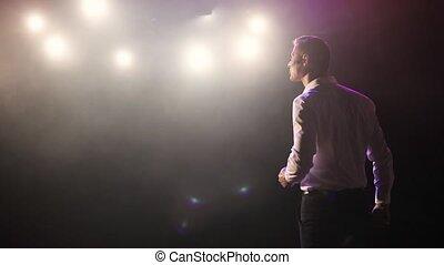 haut, plaisanteries, vue., homme, stand, étape, casque à écouteurs, parler, dos, comédien, micropphone
