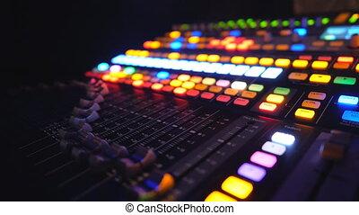 haut, studio., ou, équilibre, fin, vue, joueur, dj, lueur, brillamment, nuit, fête, club., enregistrement, lent, musical, éloigné, mouvement, sound., buttons., amplificateur, en mouvement, processus, caisse de résonnance, fonctionnement