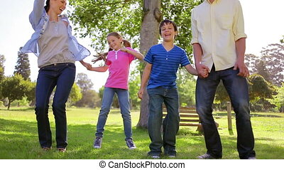 herbe, danser ensemble, famille, heureux
