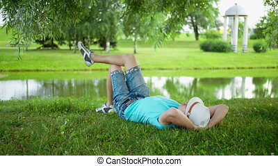herbe, homme, jeune, reposer, mensonge, chapeau, parc ville