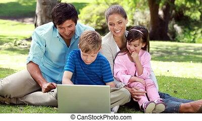 herbe, ordinateur portable, sourire, famille, séance