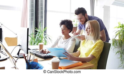 heureux, équipe, ordinateurs, bureau, créatif