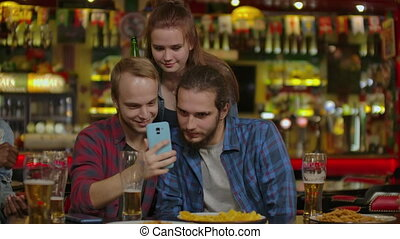 heureux, amis, restaurant, ou, selfie, bar., prendre