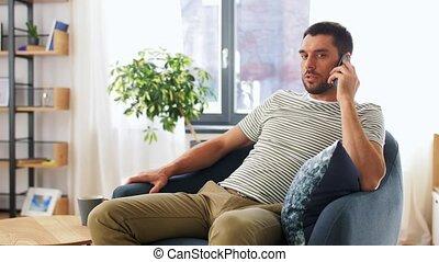 heureux, appeler, homme, smartphone, maison