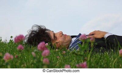 heureux, beau, champ herbe, vert, fleurs, mensonge, homme