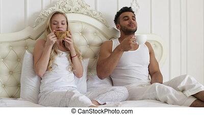 heureux, café, femme, amour, romantique coupler, boisson, jeune, lit, sourire, amants, matin, homme