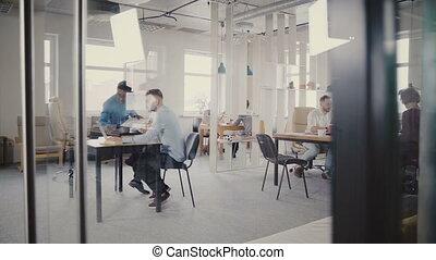 heureux, collègues, coup, bureau fonctionnant, sain, bureau., verre, 4k., par, chariot, ethnicité, mélangé, apprécier, mur, vue