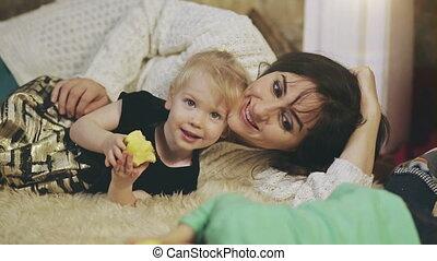 heureux, enfant, mensonge, elle, mère