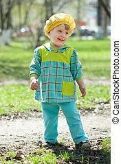 heureux, enfantqui commence à marcher