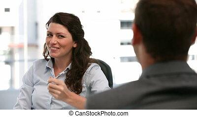 heureux, femme affaires, réunion, pendant