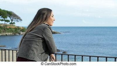 heureux, girl, balcon, mer, regarder