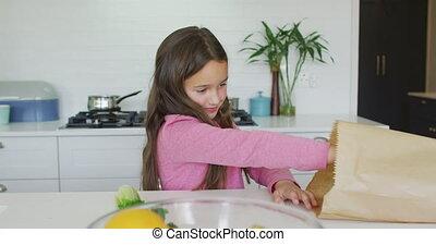 heureux, girl, déballage, cuisine, caucasien, épicerie