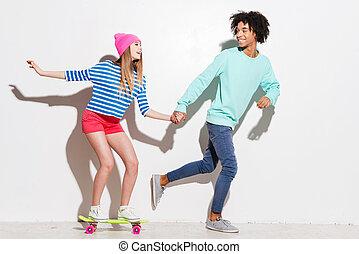 heureux, grand, elle, dépenser, skateboard, jeune, contre, quoique, courant, ensemble., fond, temps, équitation, blanc, petit ami, femmes