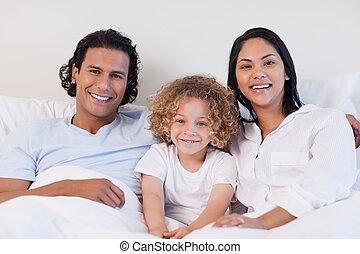 heureux, lit, ensemble, famille, séance