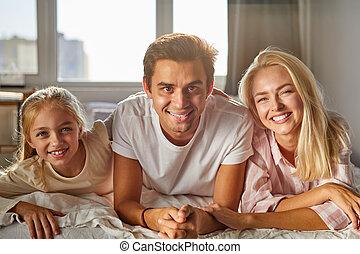 heureux, lit, portrait famille