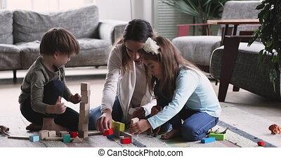 heureux, mère, nounou, plancher, gosses, jouer, maison