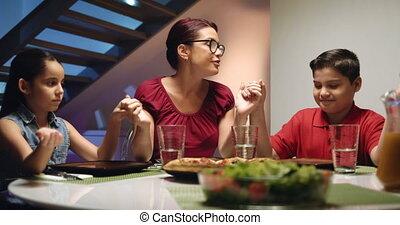 heureux, manger, dîner famille, maison, prier, avant