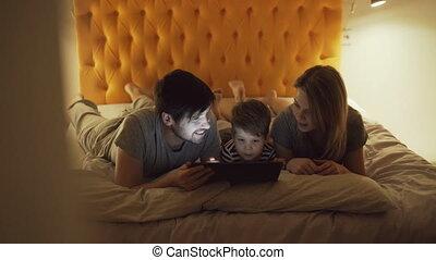 heureux, peu, tablette, famille, film regardant, lit, fils, informatique, maison, utilisation, dormir, dessin animé, mensonge, avant