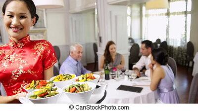 heureux, présentation, légumes, plateau, serveuse