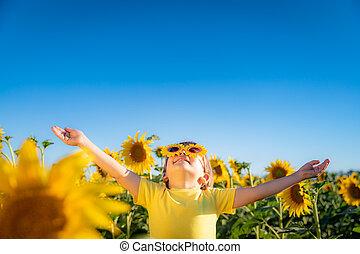 heureux, printemps, champ, enfant joue, extérieur