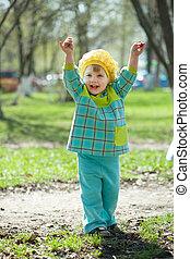 heureux, printemps, enfantqui commence à marcher