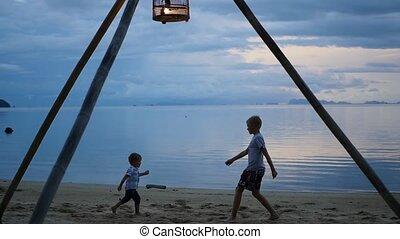 heureux, rivage, enfants jouer