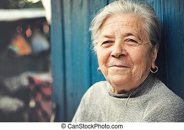 heureux, vieux, extérieur, femme aînée, sourire
