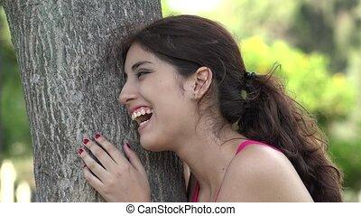 hispanique, femme heureuse, rire, dehors
