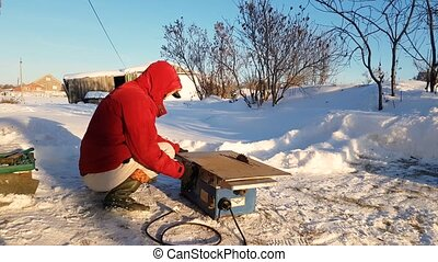 hiver, campagne, jeune, rue, scie, circulaire, réparation, homme