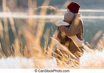 hiver, couple, dos, étreindre, jeune, vue