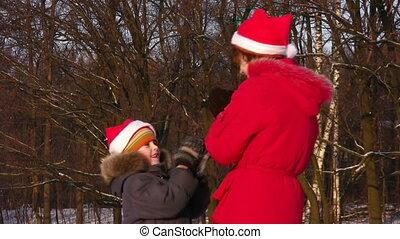 hiver, mère, parc, fils, mains, jouer