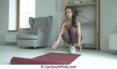 home., dérouler, natte, préparer, pilates, méditation, leçon, femme, plancher