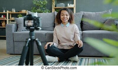 home., faire gestes, afro-américain, vidéo, enregistrement, appareil photo, femme, vlogger, conversation