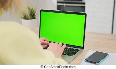 home., screen., regarder, informatique, ordinateur portable, quoique, bureau, vert, travail, utilisation, écran, vide, personne, travaux, femme, bureau, séance, bois, éloigné
