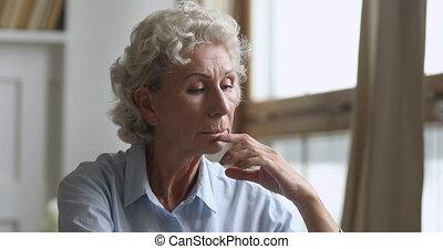 home., sentiment, pensif, milieu, solitaire, femme, vieilli, blanchi