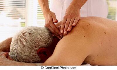 homme aîné, obtenant massage