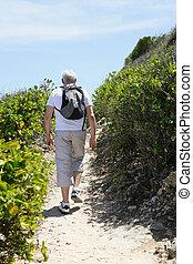 homme aîné, randonnée, côte