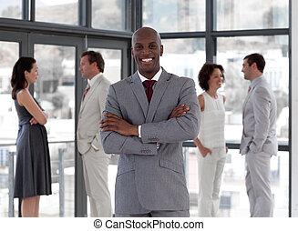 homme affaires, équipe, position souriante, potrait, devant