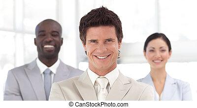 homme affaires, équipe, sourire, devant