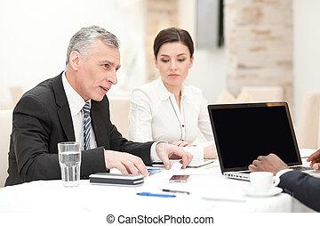 homme affaires, avoir, personnel, personne agee, réunion