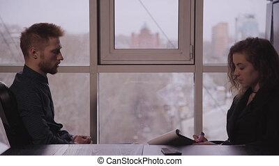 homme affaires, bureau, discuter, séance, document., table, femme affaires, américain