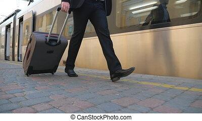 homme affaires, business, plate-forme, mo, réussi, traction, lent, valise, complet, bagage, confiant, flânerie, concept, pieds, sien, long, wheels., train., trip., homme, jeune, jambes, marche