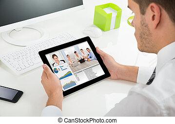homme affaires, collègues, vidéoconférence, tablette, numérique