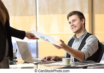 homme affaires, collaboration, bureau fonctionnant