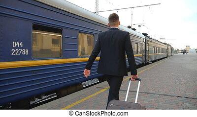 homme affaires, dos, dépassement, plate-forme, noir, mo, réussi, traction, vue, formel, lent, valise, unrecognizable, complet, bagage, confiant, flânerie, sien, long, wheels., train., homme, jeune, marche