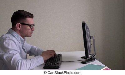 homme affaires, informatique, bureau, fonctionnement